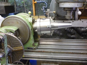 using a dividing head on a milling machine with a swivelling table